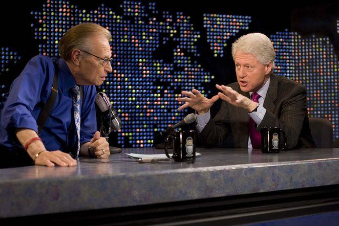 Archiefbeeld van Larry King tijdens zijn show, hier met oud-president Bill Clinton.