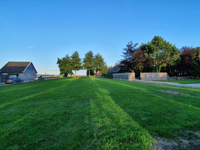 De speelweide naast de voormalige school en de Zweedse Wijk (links) in Schuring is de beoogde locatie voor een buurthuis. Het plan van een werkgroep oogst verzet bij omwonden.