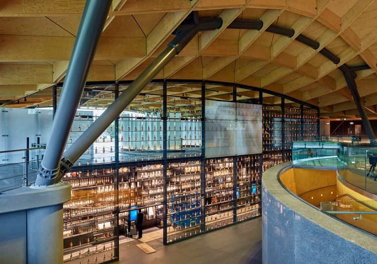 Een muur met daarin 840 volle flessen Macallan verwelkomt de gasten. Beeld Mark Power/Magnum Photos