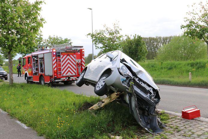 Het voertuig knalde op een boom, werd omhoog gekatapulteerd en kwam vervolgens bovenop dezelfde boom terecht.