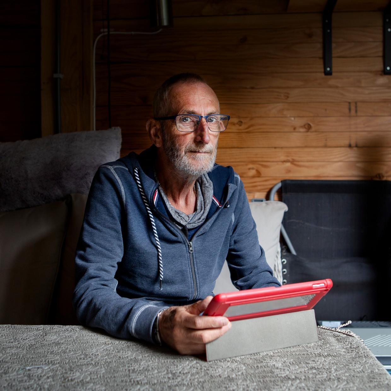 Bart van der Linden is een COPD-patiënt die zijn gezondheid via een app bijhoudt en op die manier minder vaak naar het ziekenhuis hoeft. Beeld Pauline Niks