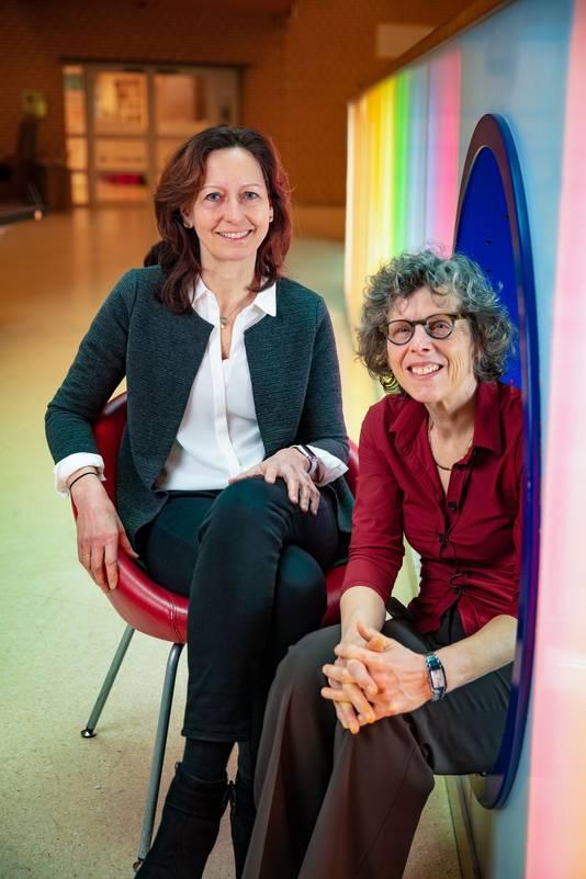 Hedi Claahsen (links), hoofd van het Radboud transgendercentrum, en Chris Verhaak, medisch psycholoog in het transgendercentrum van het Radboud