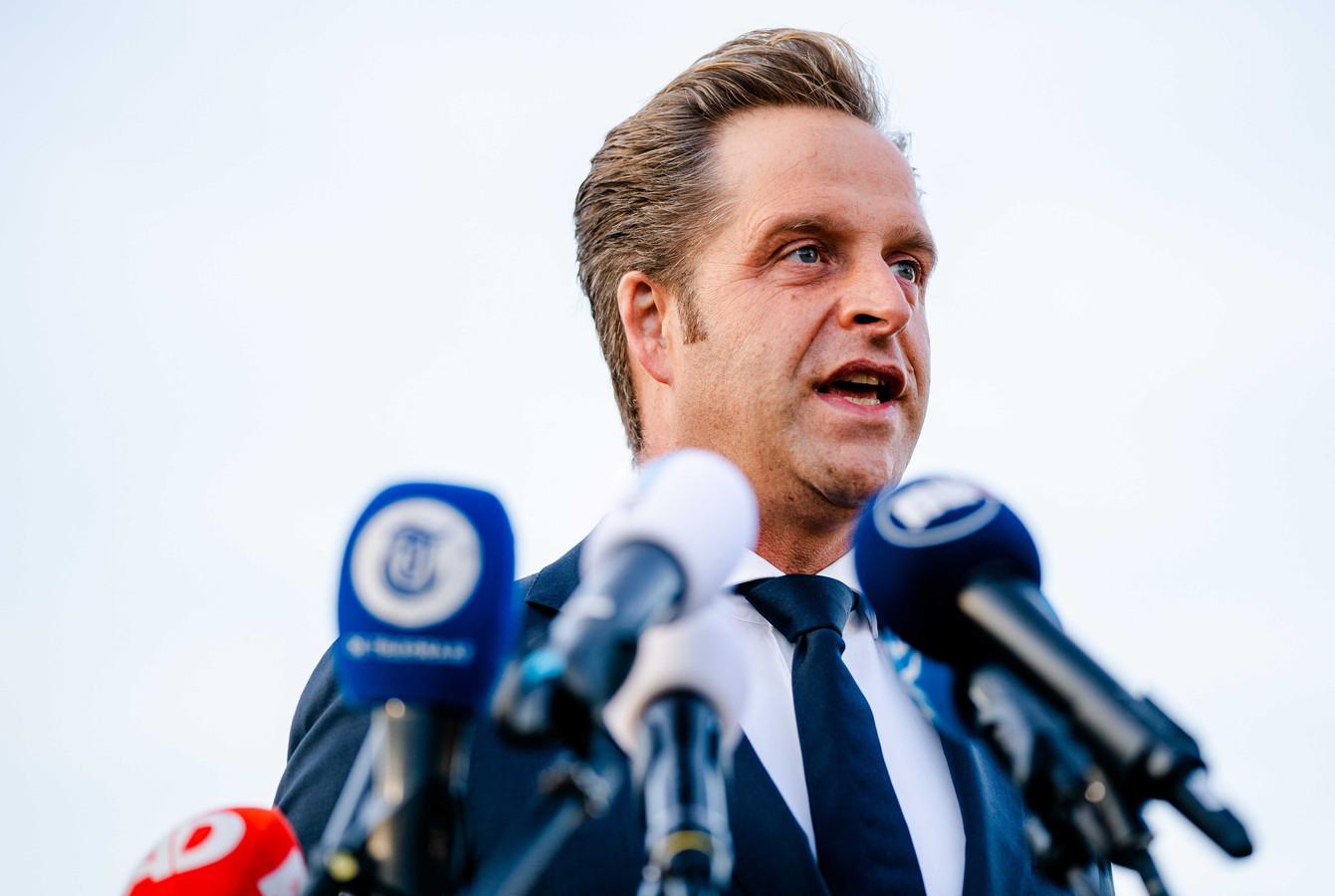 Minister Hugo de Jonge (Volksgezondheid, Welzijn en Sport) tijdens de landelijke aftrap voor de XL-teststraten, bij de teststraat in aanbouw op Rotterdam The Hague Airport.