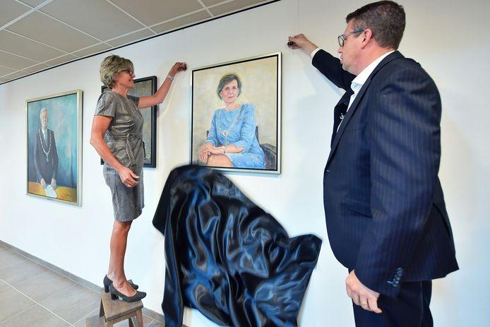 Oud-burgemeester Jobke Vonk onthult samen met Jurgen Pertijs haar schilderij in de raadzaal van gemeentehuis.