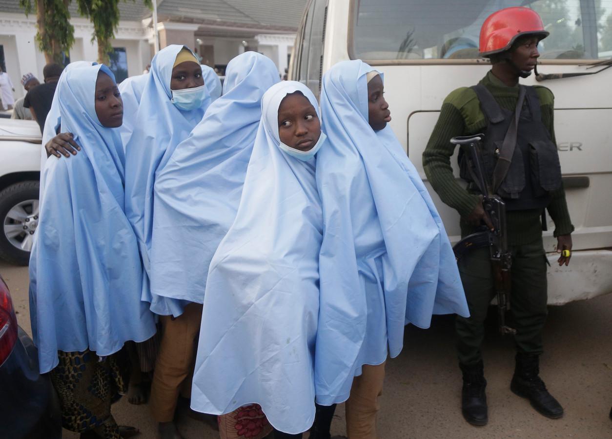 Vrijgelaten meisjes wachten op een medische controle.