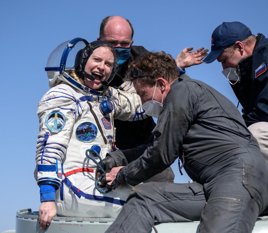 L'astronaute Kate Rubins est aidée à sortir du vaisseau Soyouz MS-17 quelques minutes après son atterrissage avec les cosmonautes de Roscosmos Sergey Kud-Sverchkov et Sergey Ryzhikov dans une zone reculée près de la ville de Zhezkazgan, au Kazakhstan, le 17 avril 2021.