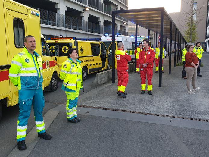 Hulp- en ordediensten brengen hulde aan de ingang van AZ Turnhout, campus Sint-Elisabeth