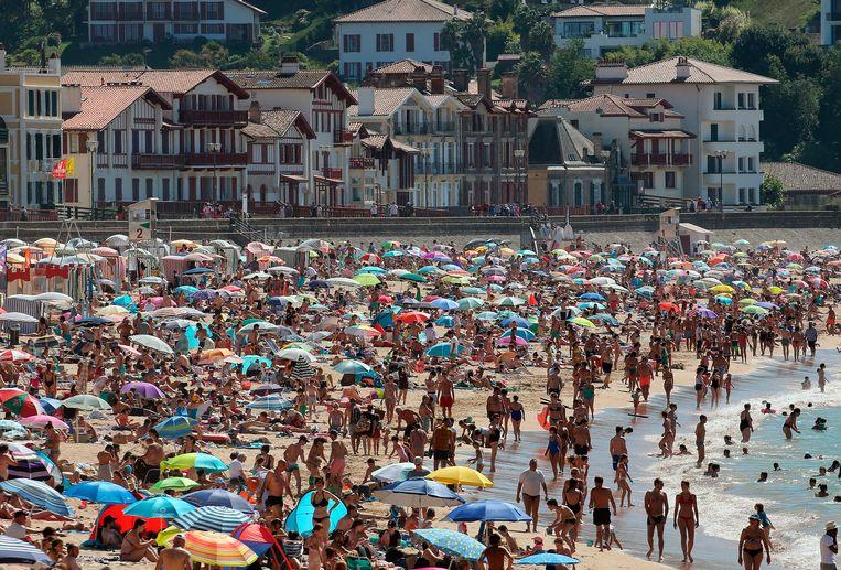 Een overvol strand in Zuid-Frankrijk op 18 juli 2020.  Beeld AP