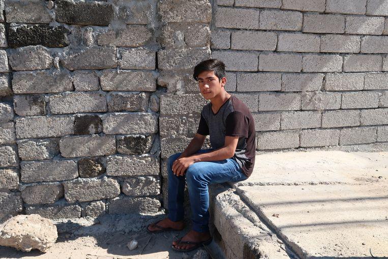 Majdal was elf toen hij van zijn moeder werd gescheiden en door IS naar een trainingskamp werd vervoerd. Daar indoctrineerde de terreurgroep hem en andere jezidi-jongens van 's ochtends vroeg tot 's avonds laat met gewelddadige religieuze lectuur, gaf hem wapentraining en dwong hem na het trainingstraject om te strijden. 'Weigeren kon niet.' Beeld Brenda Stoter