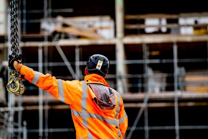 Een bouwvakker aan het werk. 'Bouwvakkers zie je vaak in de krant verschijnen als er cao-onderhandelingen vastlopen. Op die foto staan altijd twee metselaars.'