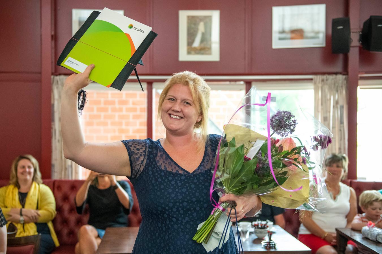 Mieke van Valen kreeg vandaag haar diploma uitgereikt in de brasserie van ZorgSaam Bachten Dieke.
