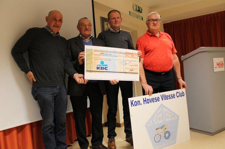 De Koninklijke Hovese Vitesse Club ontving een cheque.