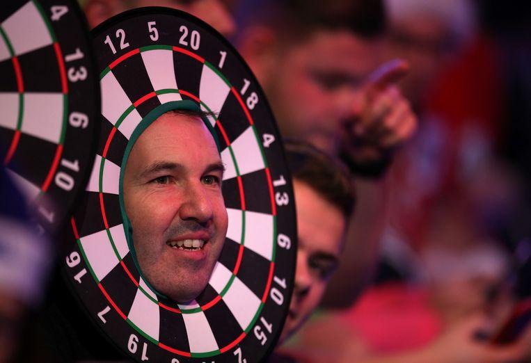 Voor de fans is het WK vooral een verkleedfeest. De een draagt een dartbord om zijn hoofd. Beeld BELGAIMAGE