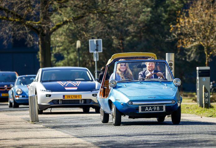 Tijdens koningsdag in Eindhoven rijden Willem-Alexander en Amalia in een 55 jaar oude DAF Kini met daarachter een Helmondse Lightyear met de rest van de koninklijke familie.