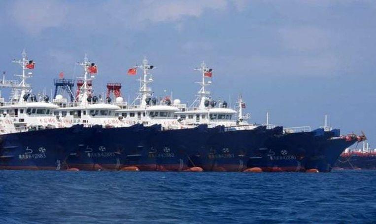 Chinese schepen bij het Whitsun-rif, op een foto van de Filippijnse kustwacht.  Beeld AFP