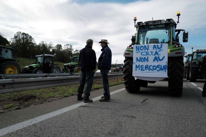 Het protest tegen het vrijhandelsakkoord tussen Canada en de EU groeit. vorige maand werden Franse snelwegen geblokkeerd. De Tweede Kamer dreigt ook tegen te stemmen.