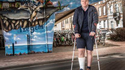 Burgemeester in het gips nadat hij voet verzwikt bij het lopen