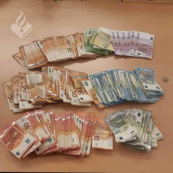 De politie trof in het pand in De Lier een grote hoeveelheid geld en drugs aan. Om wat voor drugs het gaat is onbekend.