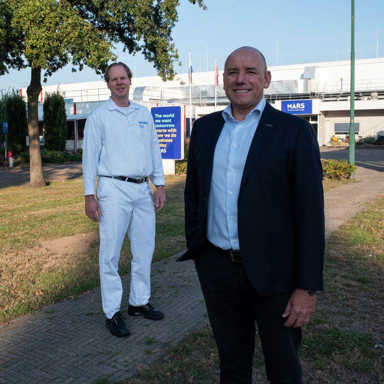 Links fabrieksdirecteur Martijn Derks en algemeen directeur van Mars Nederland, Jack Tabbers.  Beeld Sabine van Wechem