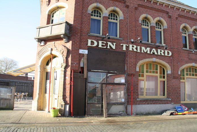 De gevel van café Den Trimard liep structurele schade op als gevolgd van de aanrijding. De brandweer moest heel wat delen stutten.