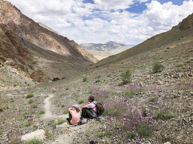 Uitrusten in het landschap van Ladakh. Beeld Toine Heijmans.