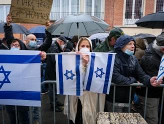 Enkele honderden mensen betuigen steun aan Israëlische ambassade, politie onderschept pro-Palestina-activist