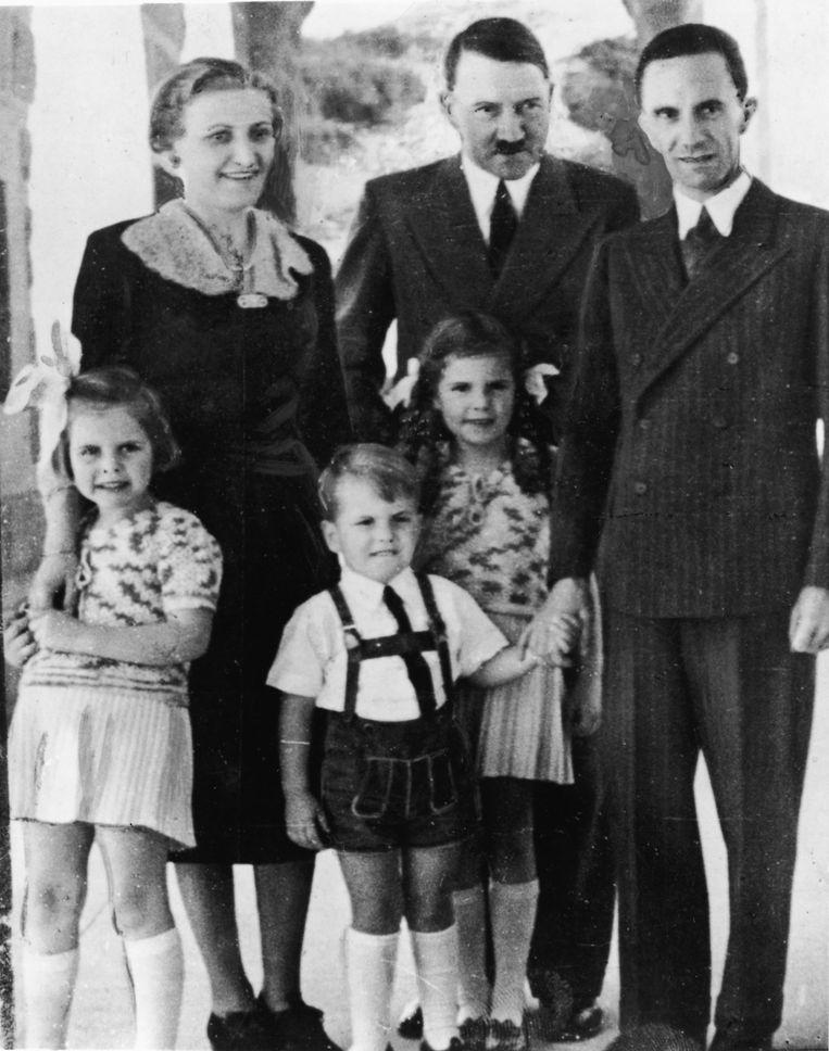 1938: Hitler met propagandaminister Joseph Goebbels, diens vrouw Magda en drie van hun kinderen. De familie Goebbels bleef in de weken voor de instorting van het Derde Rijk bij Hitler in de buurt. Beeld Getty Images