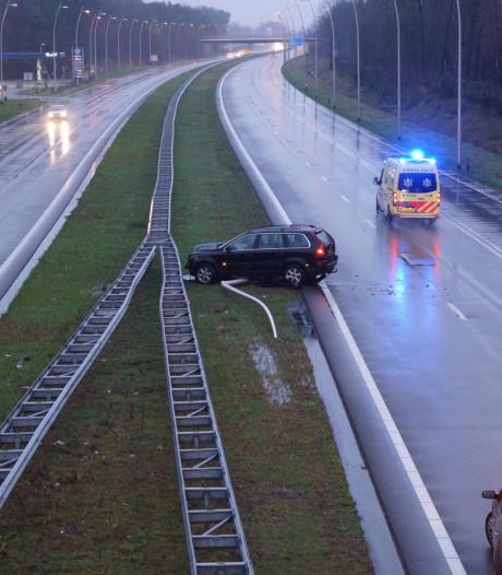 Auto ramt lantaarnpaal uit de grond in Kaatsheuvel, bestuurder schiet door middenberm