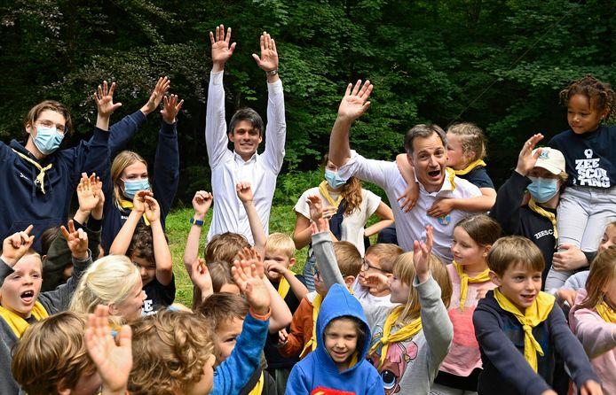 Minister van Jeugd Benjamin Dalle (midden achterin) en premier Alexander De Croo trappen een jeugdkamp op gang.