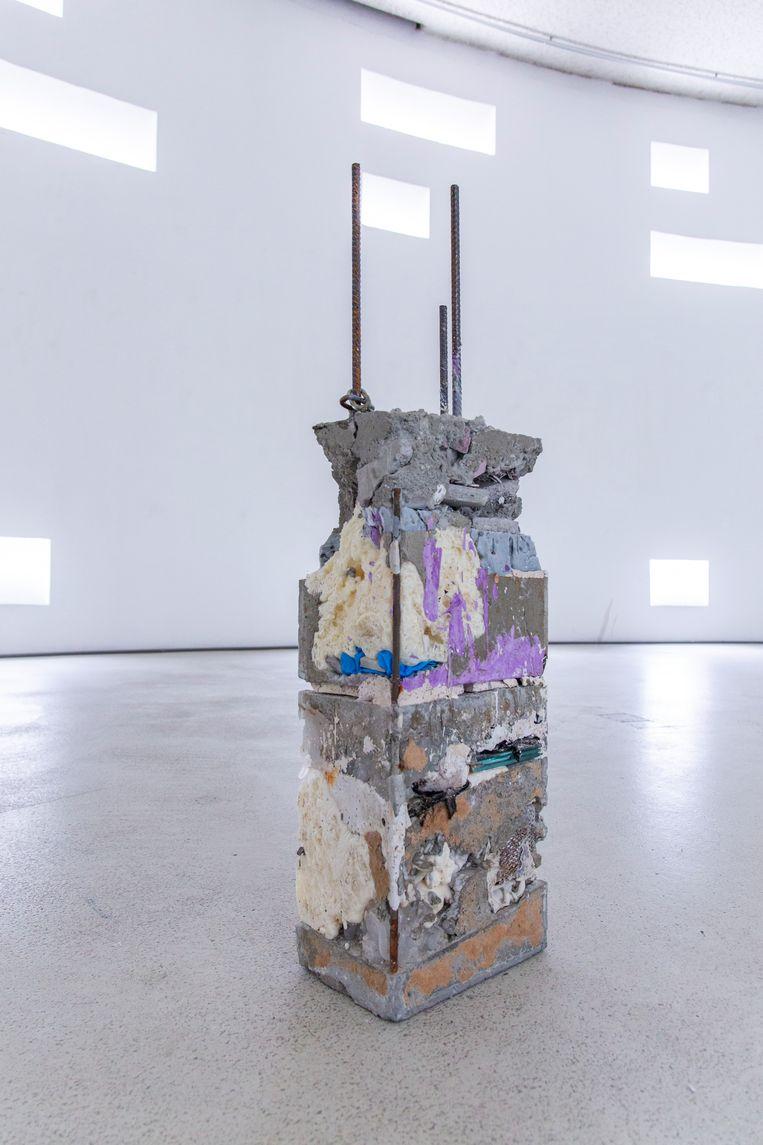 Ciro Duclos maakt sculpturen van afval en gepigmenteerd beton. Een van de gepigmenteerde zuilen. Beeld Renée Hilhorst