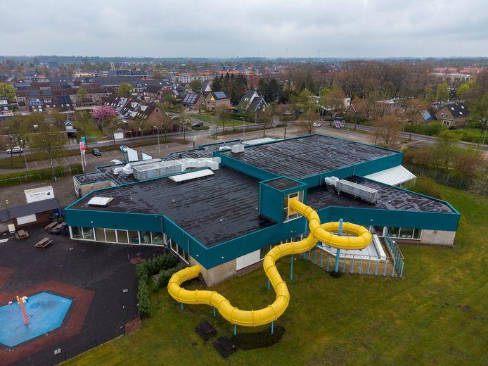 Een tweede glijbaan in zwembad De Veldkamp in Wezep is een wens van de bezoekers. Wethouder Bob Bergkamp vindt het daar nog te vroeg voor. Pas als de bezoekersaantallen omhoog gaan, wil hij daarover praten.