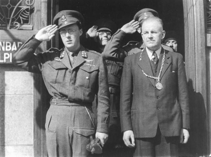 Claudius Prinsen (rechts) - hier op de foto met prins Bernhard - wordt geïnstalleerd als burgemeester van Roosendaal.