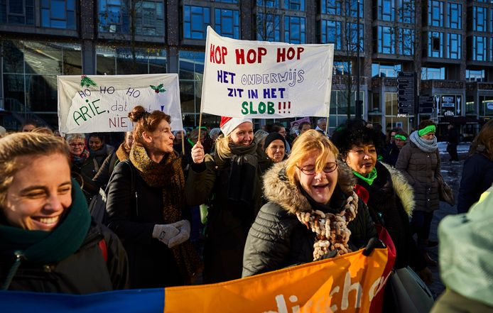 Archiefbeeld: Stakende leraren demonstreren rond het Centraal Station in Rotterdam.