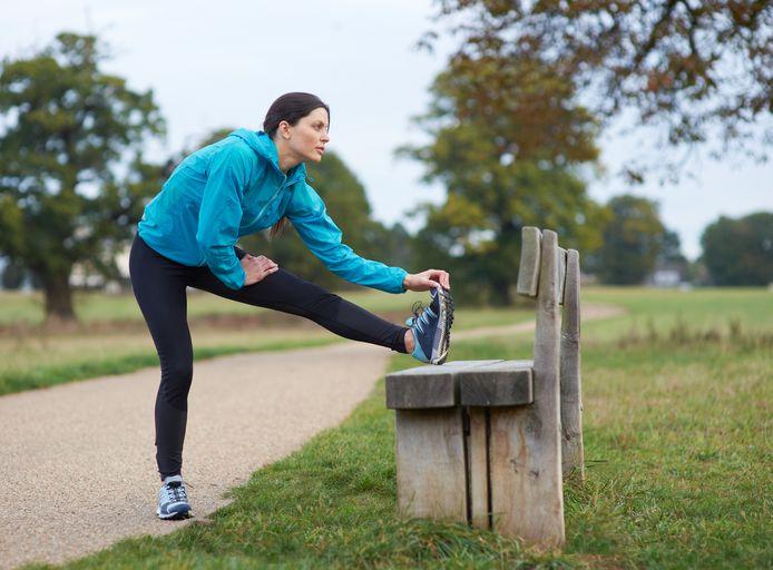 """Beeld ter illustratie: """"Heb je geen klachten, dan is stretchen voor of na het lopen niet nodig"""", zegt sportarts Ruben De Gendt."""
