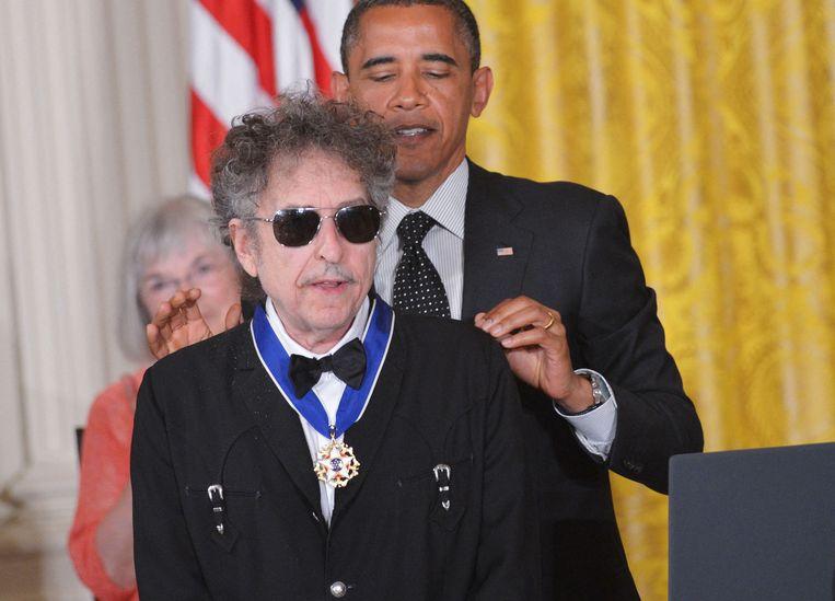 Dylan krijgt van president Barack Obama de Presidential Medal of Freedom in het Witte Huis, 2012.  Beeld AFP