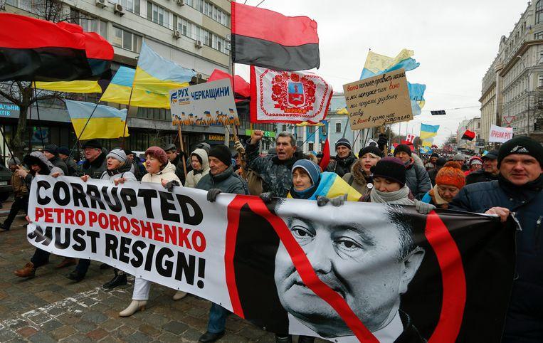 Mensen eisen massaal het ontslag van president Petro Porosjenko. Beeld EPA