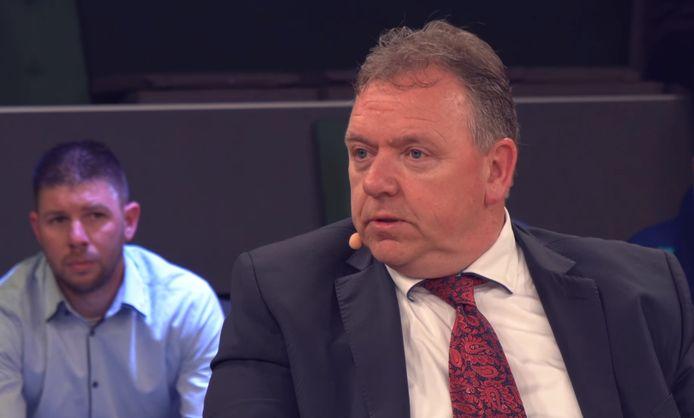 Erwin Versteeg (toen nog PVV) tijdens de verkiezingsgesprekken in het Balengebouw. Linksachter Patrick de Jong, die nu steunfractielid is bij  Verbindend Rechts.