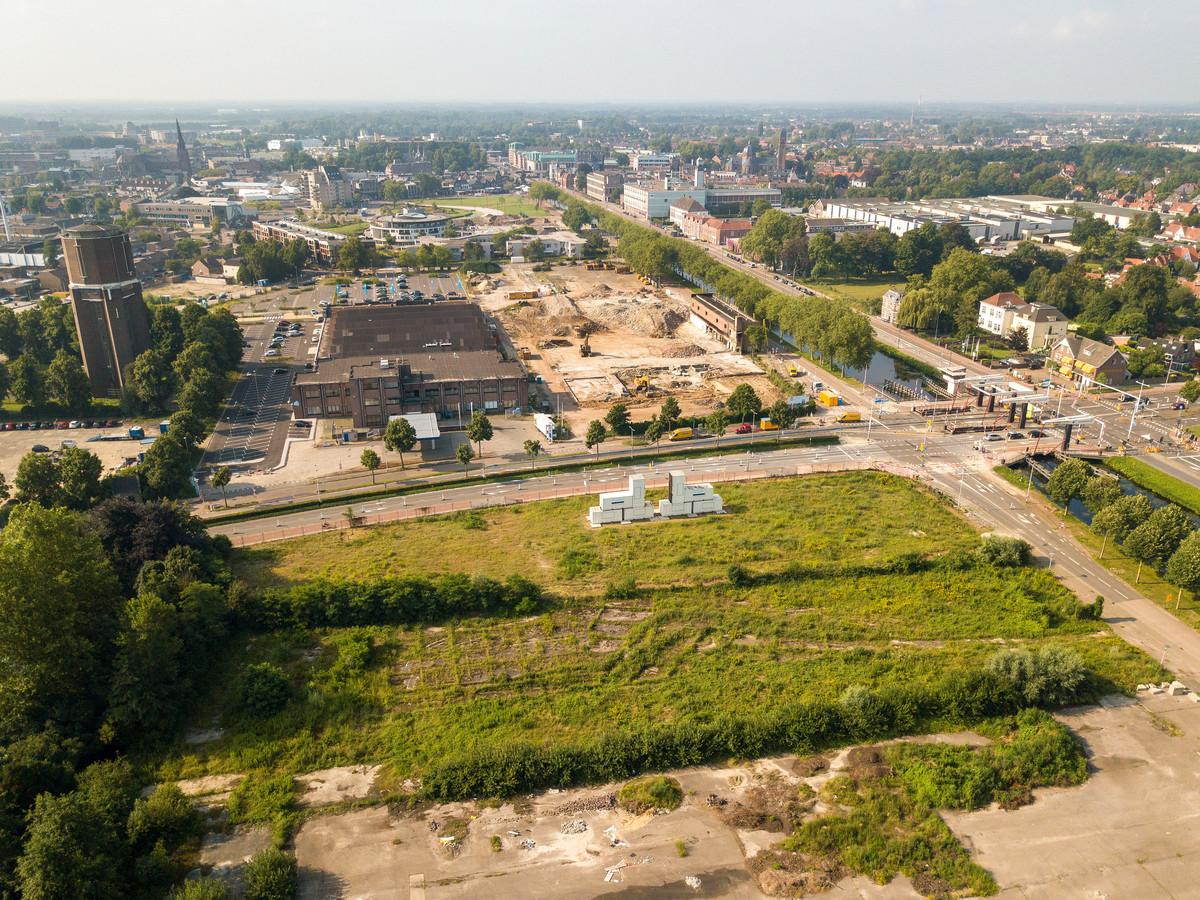 De kanaalzone in het centrum van Helmond ziet er over een paar jaar heel anders uit. Op de voorgrond het braakliggende terrein van Ons Oostende/Ons Willem (170 woningen), ooit de locatie van het postsorteercentrum. In de kale vlakte in het midden(bij de watertoren en de AH) hebben de oude Edah-kantoren plaatsgemaakt voor straks Oranjekade (265 woningen). Iets verderop bij het Geukerspark komt De Weef (67 appartementen).