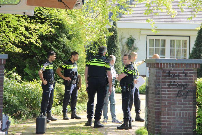 Politie bij de Arnhemse woning na de overval in mei 2016