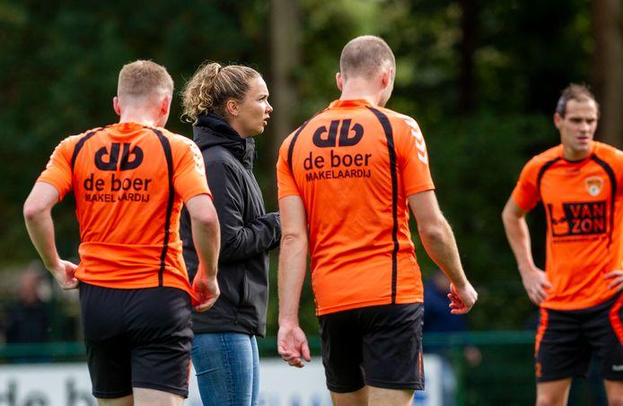 De ambitieuze Kirsten Bakker is dit seizoen assistent-trainer bij het eerste elftal van DSV'61.