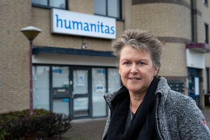 Jacqueline Vermeulen voor het pand van Humanitas in Orthen.