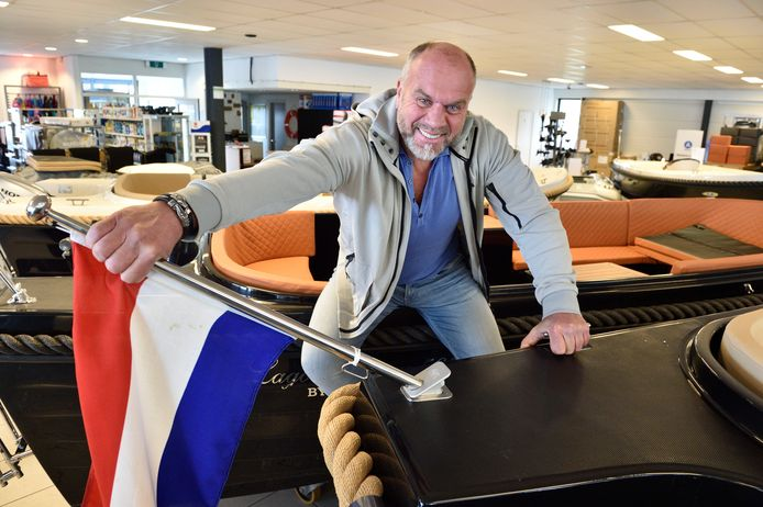 Jan Valk met zijn uitvinding, de klikbare masthouder.