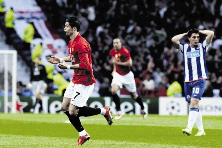 Na zijn vroege doelpunt viert Ronaldo even alleen een feestje. Rodriguez van Porto grijpt vertwijfeld naar zijn hoofd. (FOTO EPA) Beeld