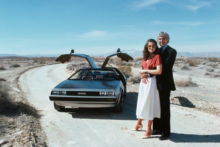 John DeLorean en zijn echtgenote Cristina Ferrare bij de beroemde DeLorean DMC 12. Beeld Getty Images