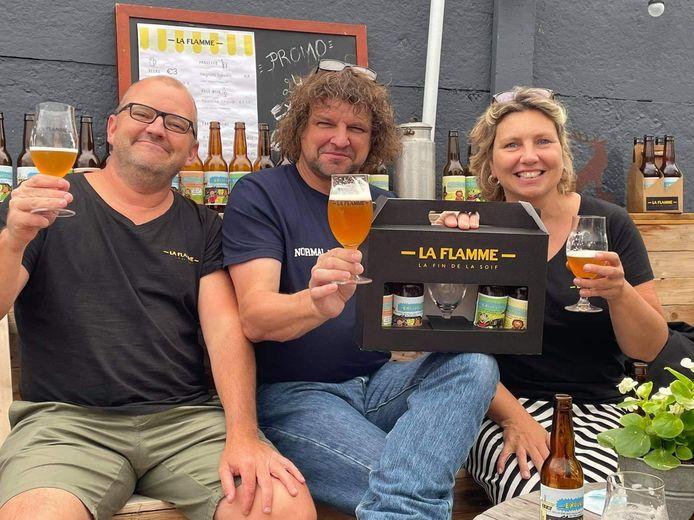 Cartoonist Wim Dufraing (midden) met Eddy en Linda van brouwerij La Flamme.