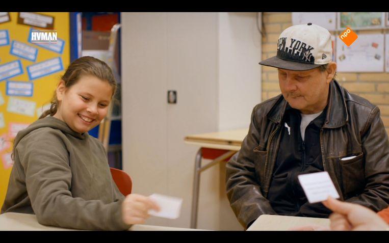 Anyssa met opa in de klas Beeld Maaike Bos