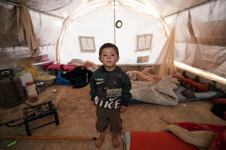 De Syrische Mahmoud al-Basha (3) verblijft met zijn familie in een tent in het vluchtelingenkamp Atmeh, op de grens met Turkije. Beeld Khalil Ashawi / Reuters