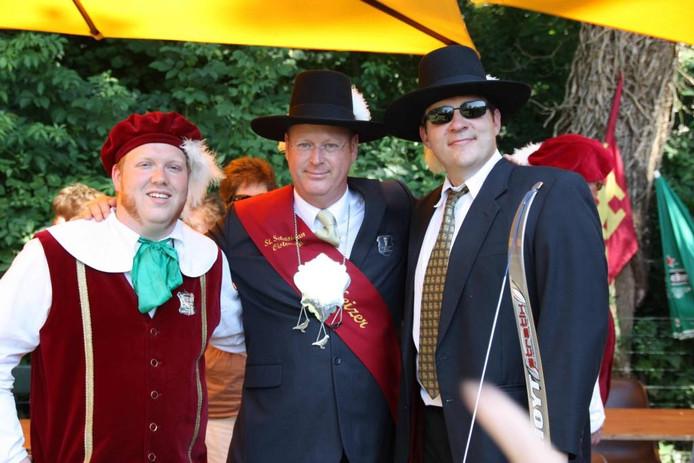 Koning Frank van Loon (links) met zijn vader Peter van Loon en rechts Jan Frans Knevel.