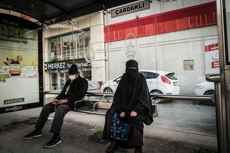 Een bushalte in Sefakoy, een wijk in Istanbul waar veel Oeigoeren wonen. Beeld Nicola Zolin