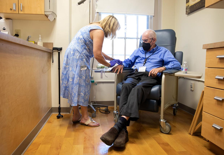 Een proefpatiënt krijgt een injectie van het omstreden alzheimermedicijn aducanumab in Rhode Island. Beeld NYT